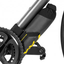 apidura-expedition-downtube-pack-1.5l-on-bike-1