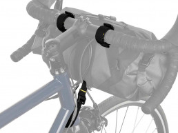 apidura-expedition-handlebar-pack-feature-attachment